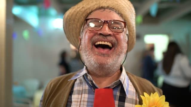 ブラジルの junina パーティーでコスチュームを着た男の肖像 - 六月点の映像素材/bロール