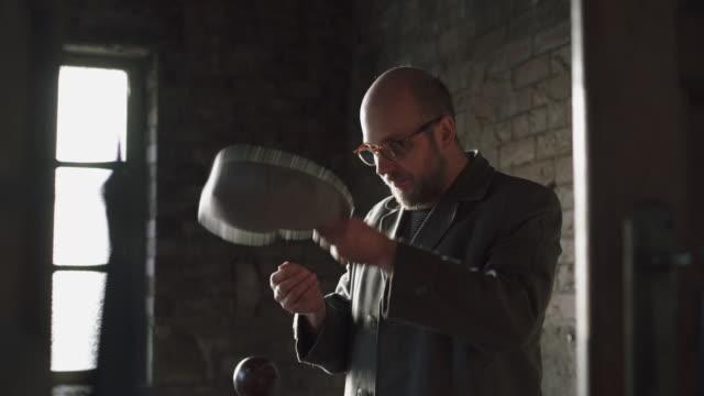 portrait of a man wearing glasses - mütze stock-videos und b-roll-filmmaterial