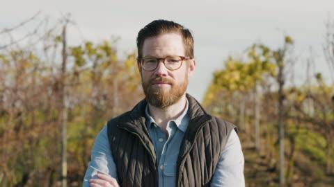 vidéos et rushes de verticale d'un homme travaillant à un vignoble - agriculteur