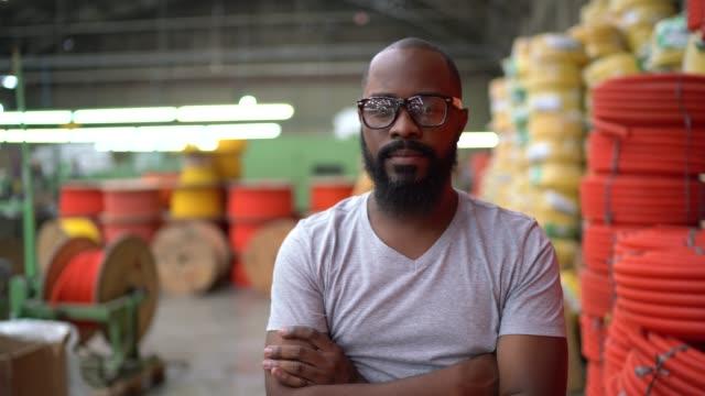vídeos y material grabado en eventos de stock de retrato de un hombre que trabaja en la industria - trabajador de línea de montaje