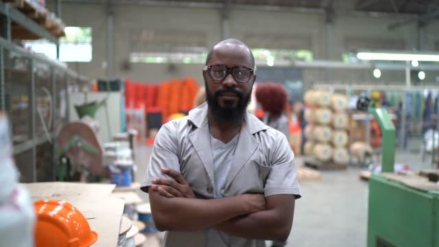 産業で働く男性の肖像 - manufacturing occupation点の映像素材/bロール
