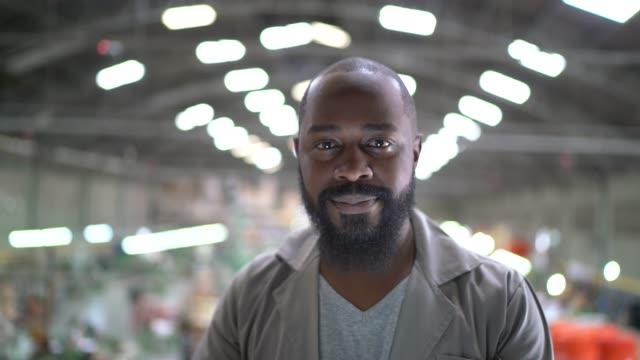 vídeos de stock e filmes b-roll de portrait of a man working in industry - trabalhador de armazém