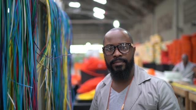 porträt eines mannes, der in der industrie arbeitet - manufacturing occupation stock-videos und b-roll-filmmaterial