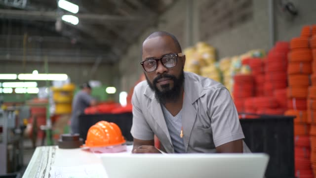 porträt eines managers mit laptop in der industrie - qualitätsprüfer stock-videos und b-roll-filmmaterial