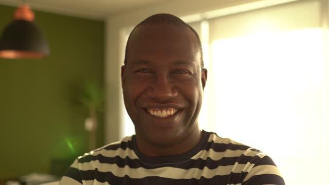 vídeos de stock e filmes b-roll de portrait of a mature man at home - cabelo natural