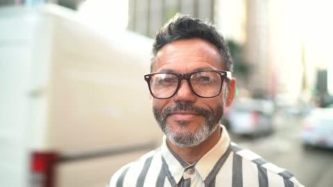 porträtt av en mogen man på en aveny - 50 54 år bildbanksvideor och videomaterial från bakom kulisserna