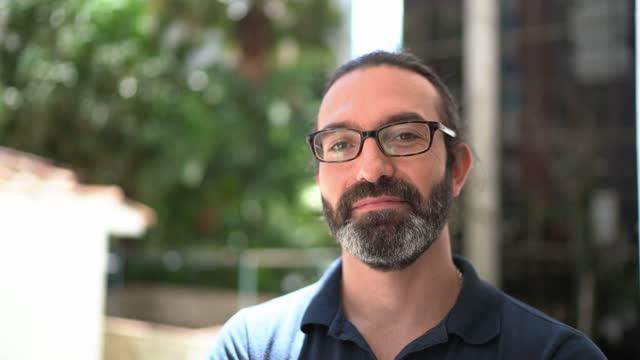 vidéos et rushes de portrait d'un homme mature à l'extérieur - 40 44 ans
