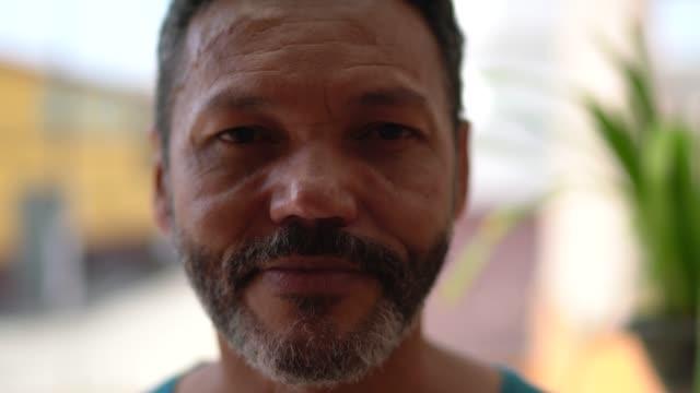 vidéos et rushes de verticale d'un homme mûr - visage sans expression