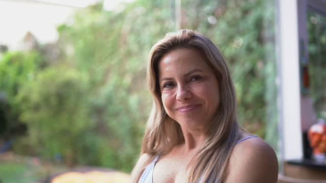vídeos de stock e filmes b-roll de portrait of a mature woman at home - cabelo natural