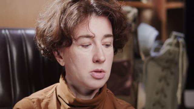 vídeos de stock e filmes b-roll de portrait of a mature woman - só uma mulher madura