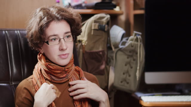 vídeos de stock e filmes b-roll de portrait of a mature woman wearing eyeglasses - só uma mulher madura