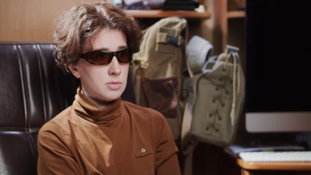 vídeos de stock e filmes b-roll de portrait of a mature woman wearing sunglasses - só uma mulher madura