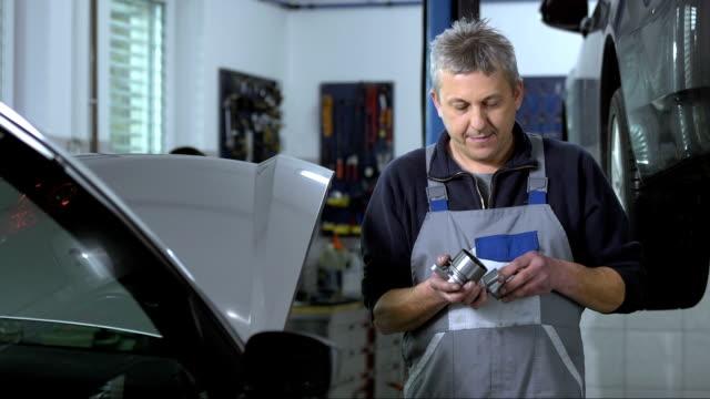 vídeos de stock e filmes b-roll de retrato do mecânico - mecânico de carros