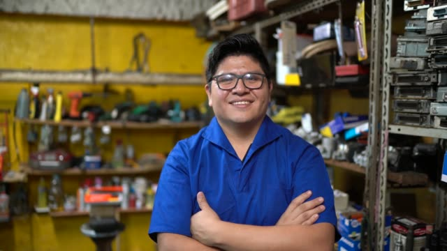 porträt eines mechanikers, der in einer autowerkstatt arbeitet - employee engagement stock-videos und b-roll-filmmaterial