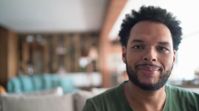 vídeos de stock e filmes b-roll de portrait of a mid adult man at home - cabelo natural