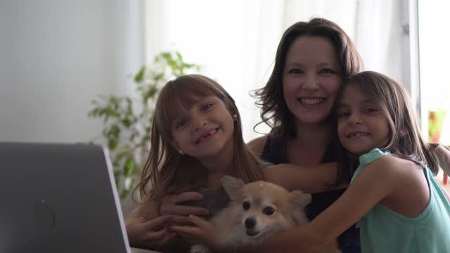 vídeos de stock, filmes e b-roll de retrato de uma mãe com filhas em casa - conceito