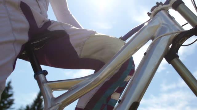 mountainbiker-porträt - motorradfahrer stock-videos und b-roll-filmmaterial