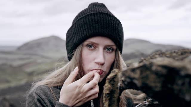 porträt von einem geheimnisvollen mädchen. genießen sie die natur - tourist stock-videos und b-roll-filmmaterial