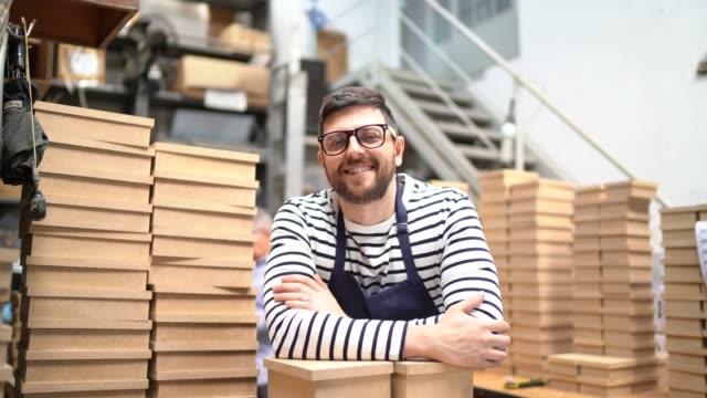 vídeos de stock, filmes e b-roll de retrato de um proprietário que trabalha em uma sala de armazenamento que verific produtos - óculos