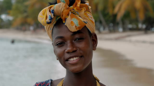 portrait of a particularly attractive african-caribbean girl - ティーンエイジャーのみ点の映像素材/bロール