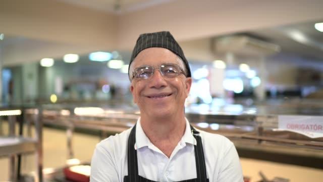 porträt eines stolzen mitarbeiters in einer bäckerei - stolz stock-videos und b-roll-filmmaterial