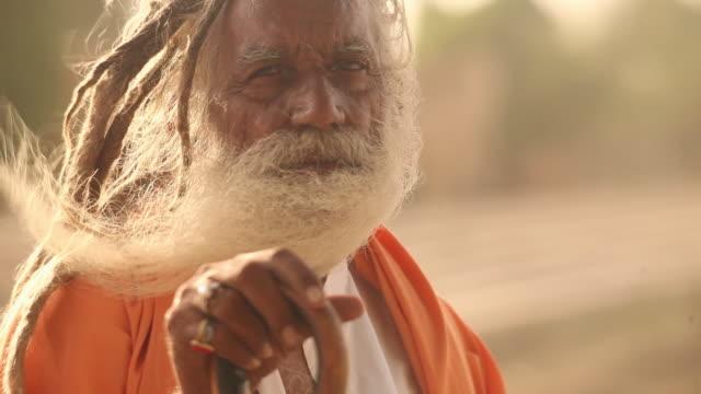 portrait of a rajasthani sage, jaisalmer, rajasthan, india - indischer abstammung stock-videos und b-roll-filmmaterial