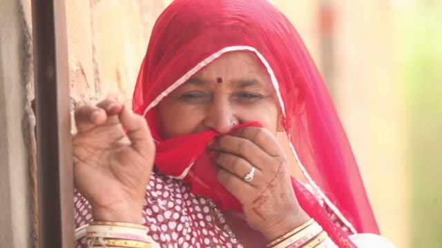 vídeos de stock, filmes e b-roll de portrait of a rajasthani woman smiling, jaisalmer, rajasthan, india - mãos cobrindo boca