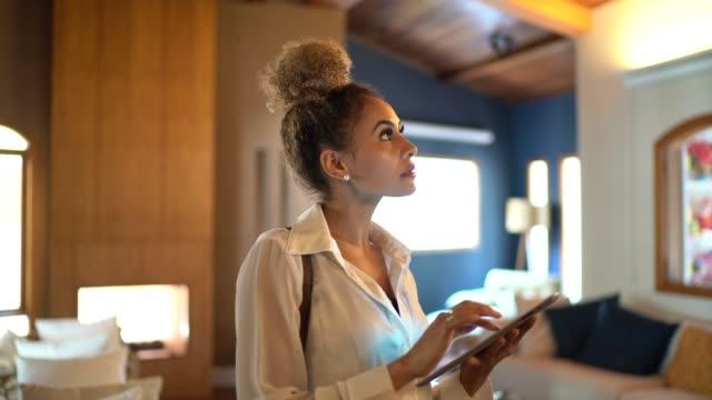 vídeos y material grabado en eventos de stock de retrato de un agente de bienes raíces usando mesa en casa - propiedad inmobiliaria