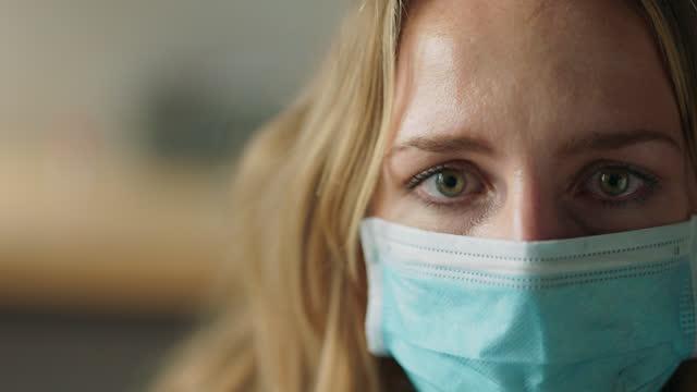vídeos y material grabado en eventos de stock de cu portrait of a sad young woman with an addiction wearing a surgical face mask - luto