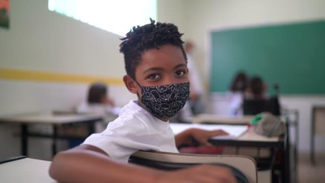 vídeos de stock e filmes b-roll de portrait of a schoolboy studying in the classroom - américa latina