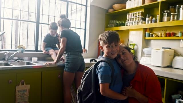 vidéos et rushes de portrait d'un écochild et de son parent lgbt (slow motion) - buenos aires