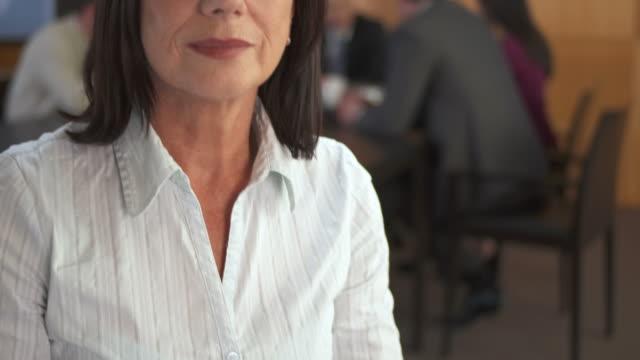 vídeos de stock, filmes e b-roll de hd: retrato de uma mulher de negócios sênior - 55 59 anos