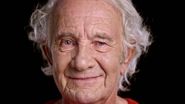 stockvideo's en b-roll-footage met portret van een senior blanke man - zwarte achtergrond