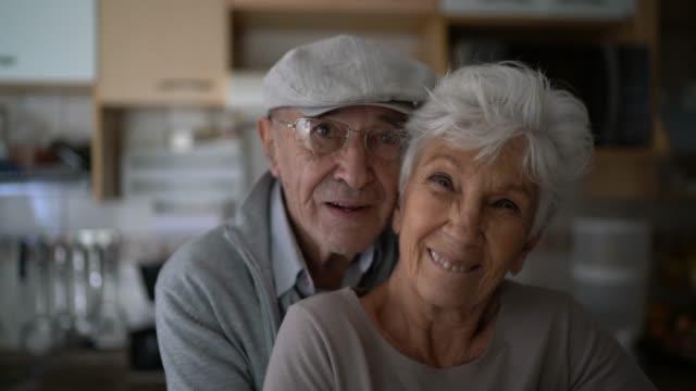 vidéos et rushes de verticale d'un couple aîné embrassant à la maison - affectueux