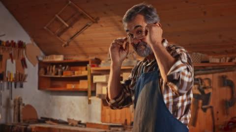 vídeos y material grabado en eventos de stock de retrato de un carpintero masculino senior en su taller - pasatiempos