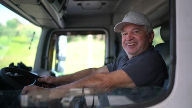 タクシーに座っているシニア男性トラック運転手の肖像画 - トラック運転手点の映像素材/bロール