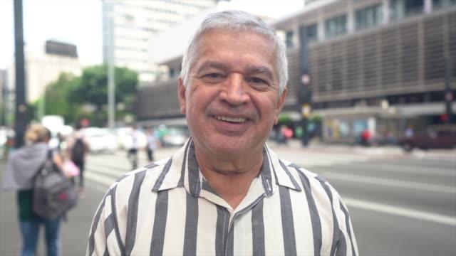 vídeos y material grabado en eventos de stock de retrato de un hombre mayor en una avenida - etnia