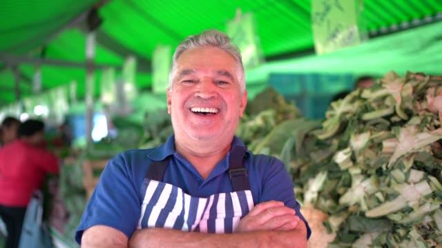 vídeos de stock, filmes e b-roll de retrato de um homem sênior na frente da cabine do mercado de rua - cabelo grisalho