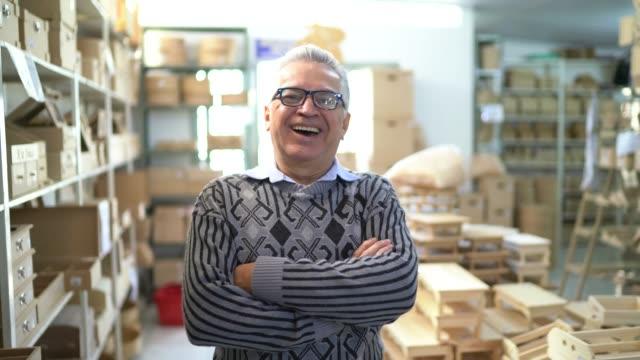 vídeos de stock, filmes e b-roll de retrato de um homem sênior no trabalho em uma loja - braços cruzados