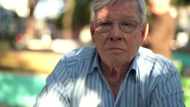 stockvideo's en b-roll-footage met portret van een senior man kijken naar de camera - braziliaanse etniciteit