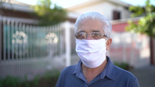 vídeos de stock, filmes e b-roll de retrato de um idoso com máscara facial na rua - homens idosos