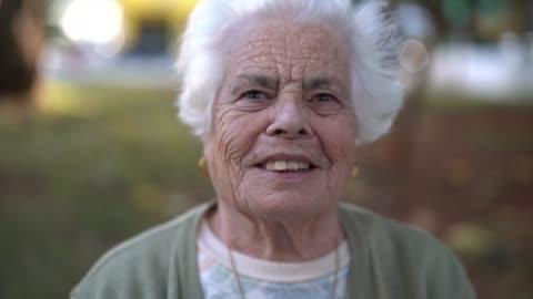 vídeos y material grabado en eventos de stock de retrato de una mujer senior mirando a la cámara - viejo