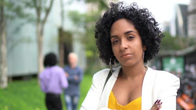 Porträt einer seriösen Geschäftsfrau im Freien