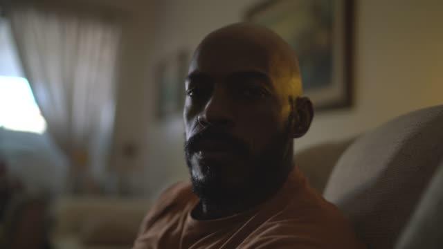 vídeos de stock, filmes e b-roll de retrato de um homem sério em casa - distressed