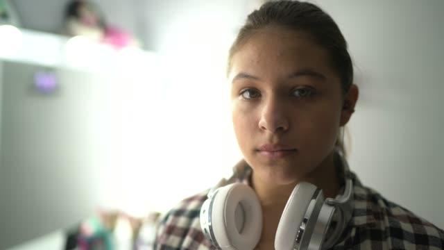 ritratto di una ragazza adolescente seria a casa - serio video stock e b–roll