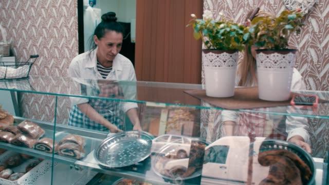 porträtt av en småföretagare - skåp med glasdörrar bildbanksvideor och videomaterial från bakom kulisserna