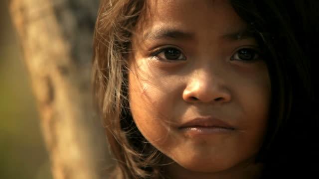 vidéos et rushes de portrait d'une petite fille cambodgienne - pauvreté