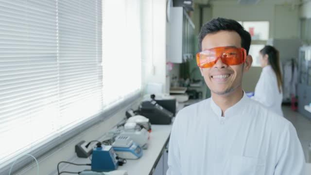 概念科学技術研究室では、笑みを浮かべて科学者の肖像 - 生化学点の映像素材/bロール