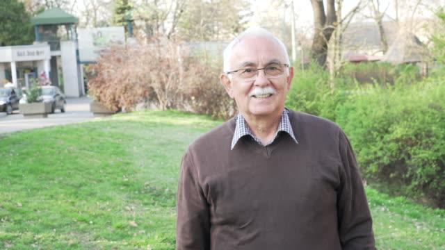 portrait of a smiling senior man. - pensionati lavoratori video stock e b–roll