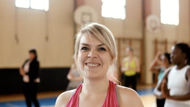 porträt einer lächelnden frau in der tanzklasse - ankunft stock-videos und b-roll-filmmaterial
